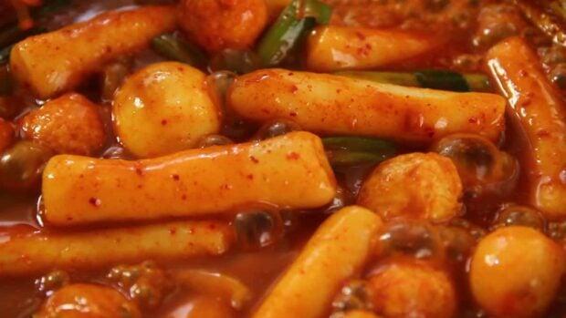 Hot and spicy rice cake (Tteokbokki)