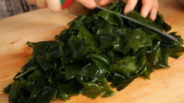 seaweed salad (miyeok-muchim)-cut