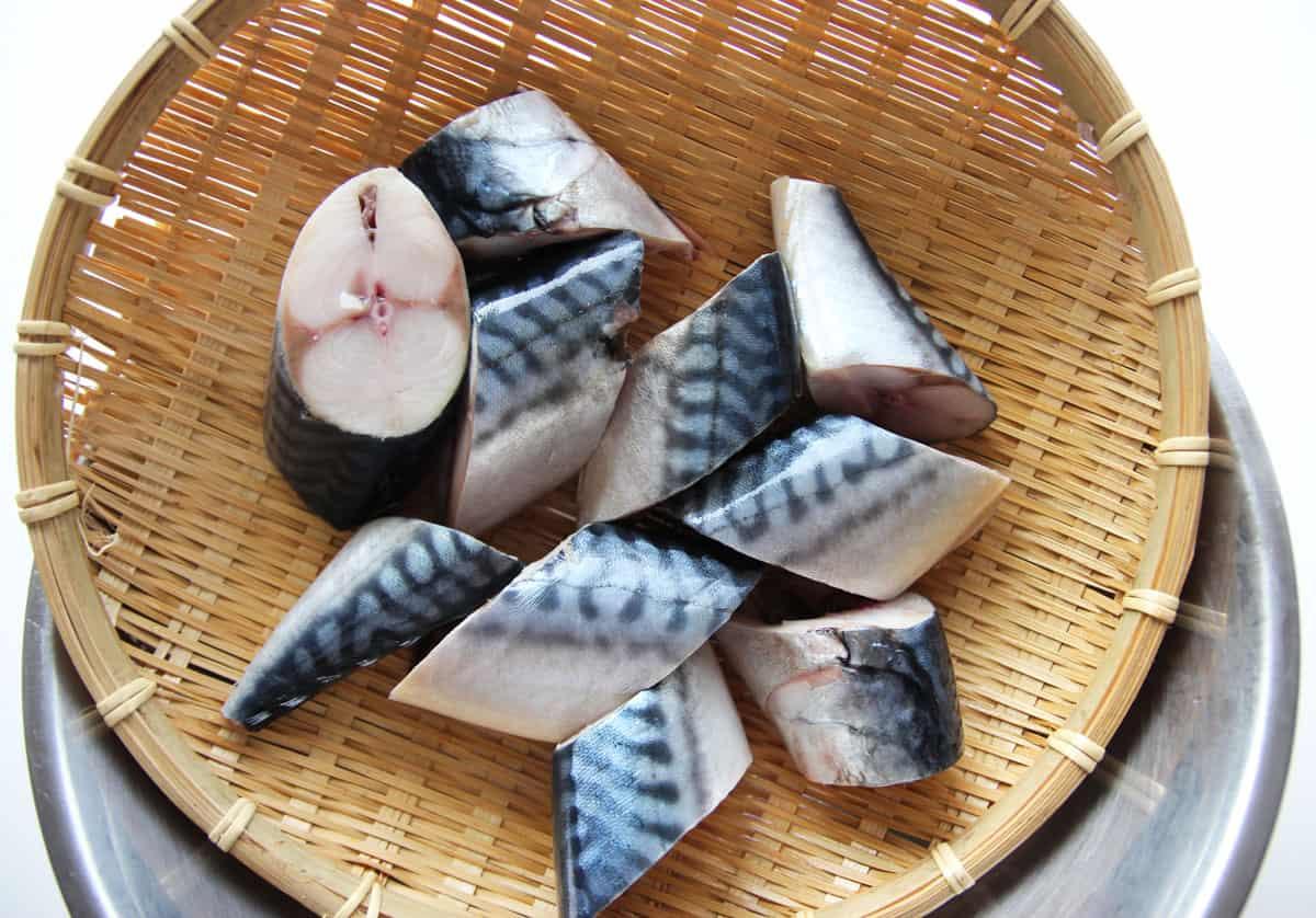 Braised mackerel with radish godeungeo mujorim recipe for How to cook mackerel fish