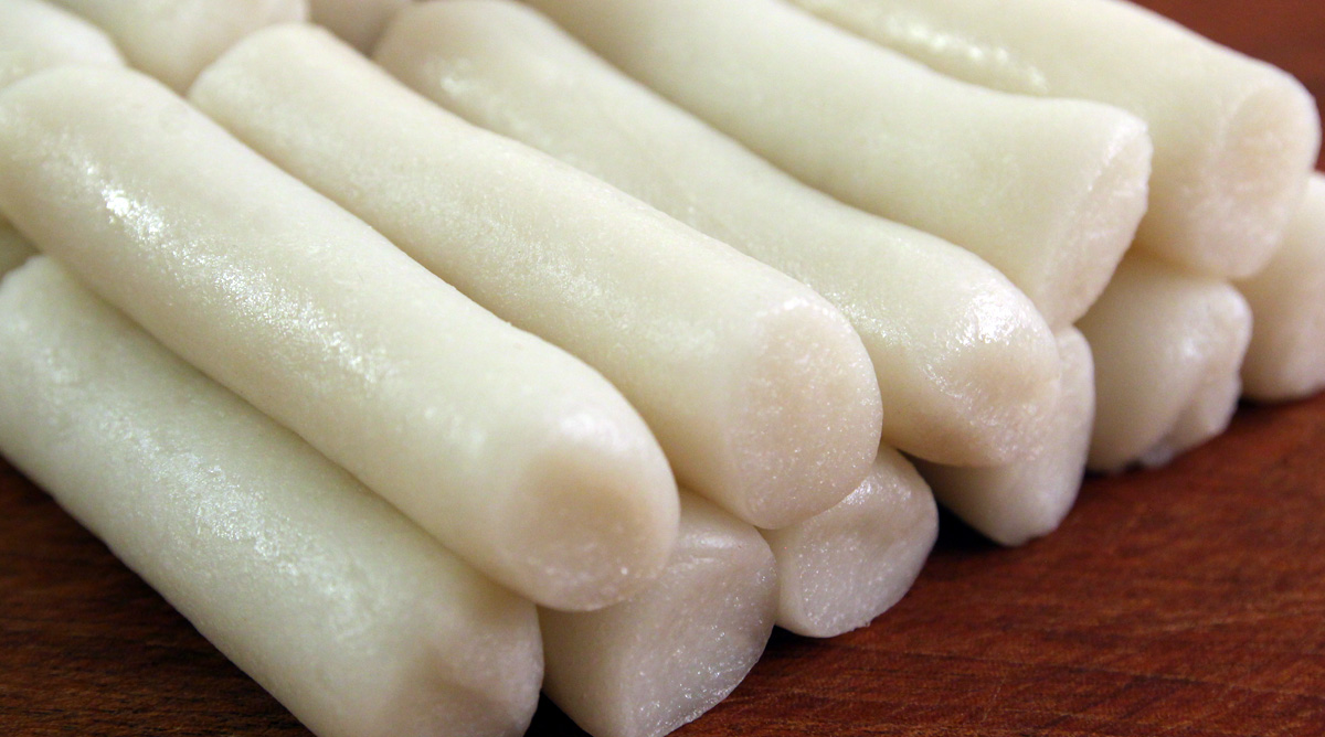 Garaetteok Cylinder Shaped Rice Cakes For Tteokguk Or Tteokbokki Recipe Maangchi Com