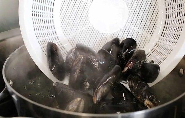 honghap miyeokguk (seaweed soup with mussels: 홍합미역국)