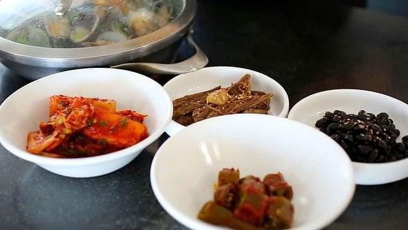 jogaetang (clam stew: 조개탕) table