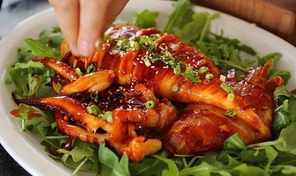 Spicy grilled squid (grilled calamari: 오징어통구이)