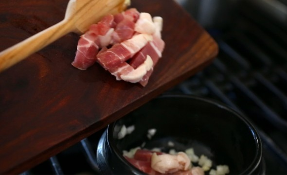 sundubu-jjigae (spicy soft tofu stew: 순두부찌개)