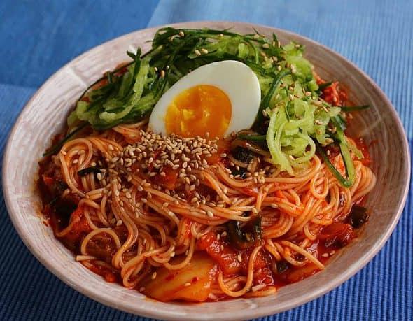 bibimguksu (Korean spicy noodles with kimchi: 비빔국수)