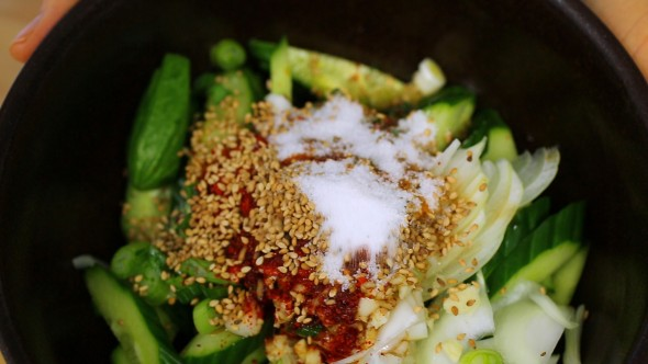 Spicy Korean cucumber salad (oimuchim: 오이무침)