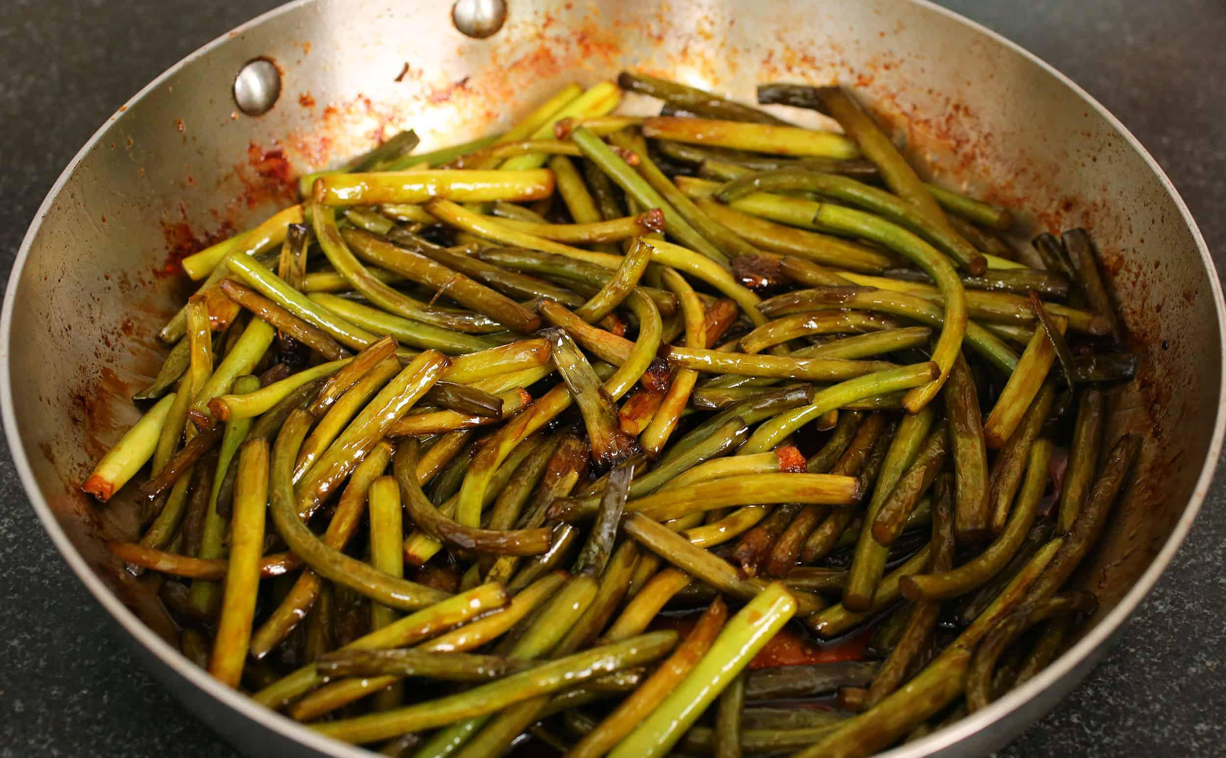 Stir-fried garlic scapes (Maneuljjong-bokkeum: 마늘쫑볶음 ...