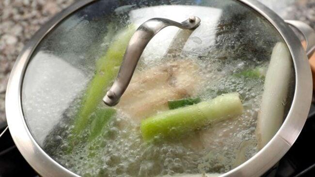 Korean spicy chicken and vegetable soup (dakgaejang: 닭개장)