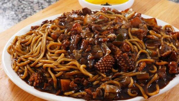 Noodles and black bean sauce platter 쟁반짜장면