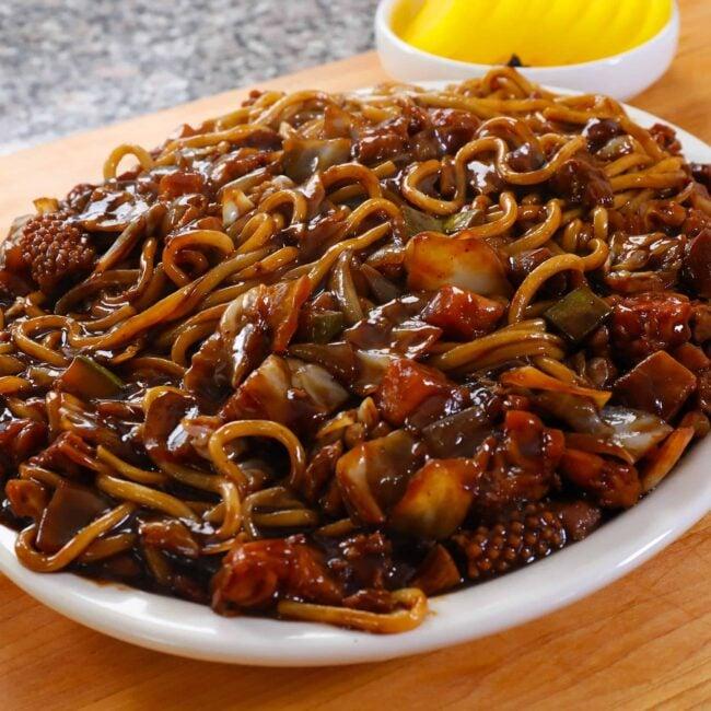Noodles and black bean sauce platter (Jaengban-jjajangmyeon: 쟁반짜장면)