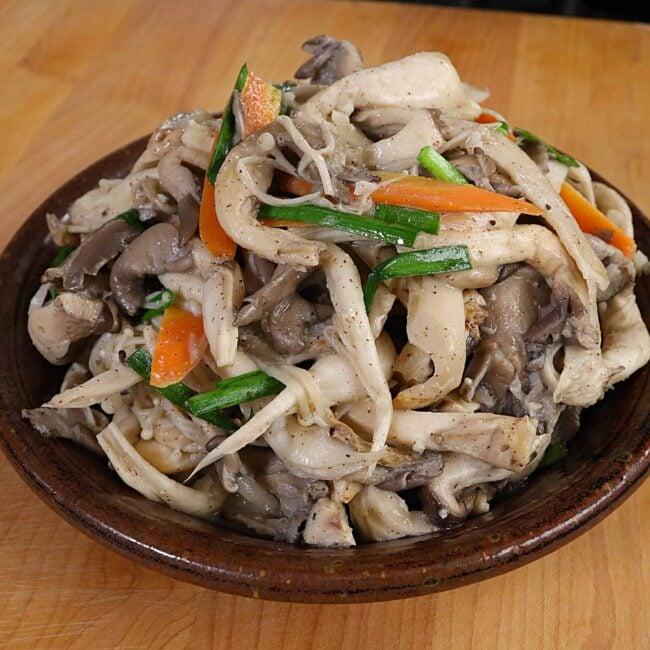 stir-fried oyster mushrooms (neutari beoseot bokkeum (느타리버섯볶음)