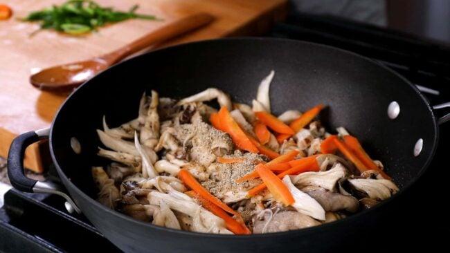 stir-fried oyster mushrooms (neutari beoseot bokkeum